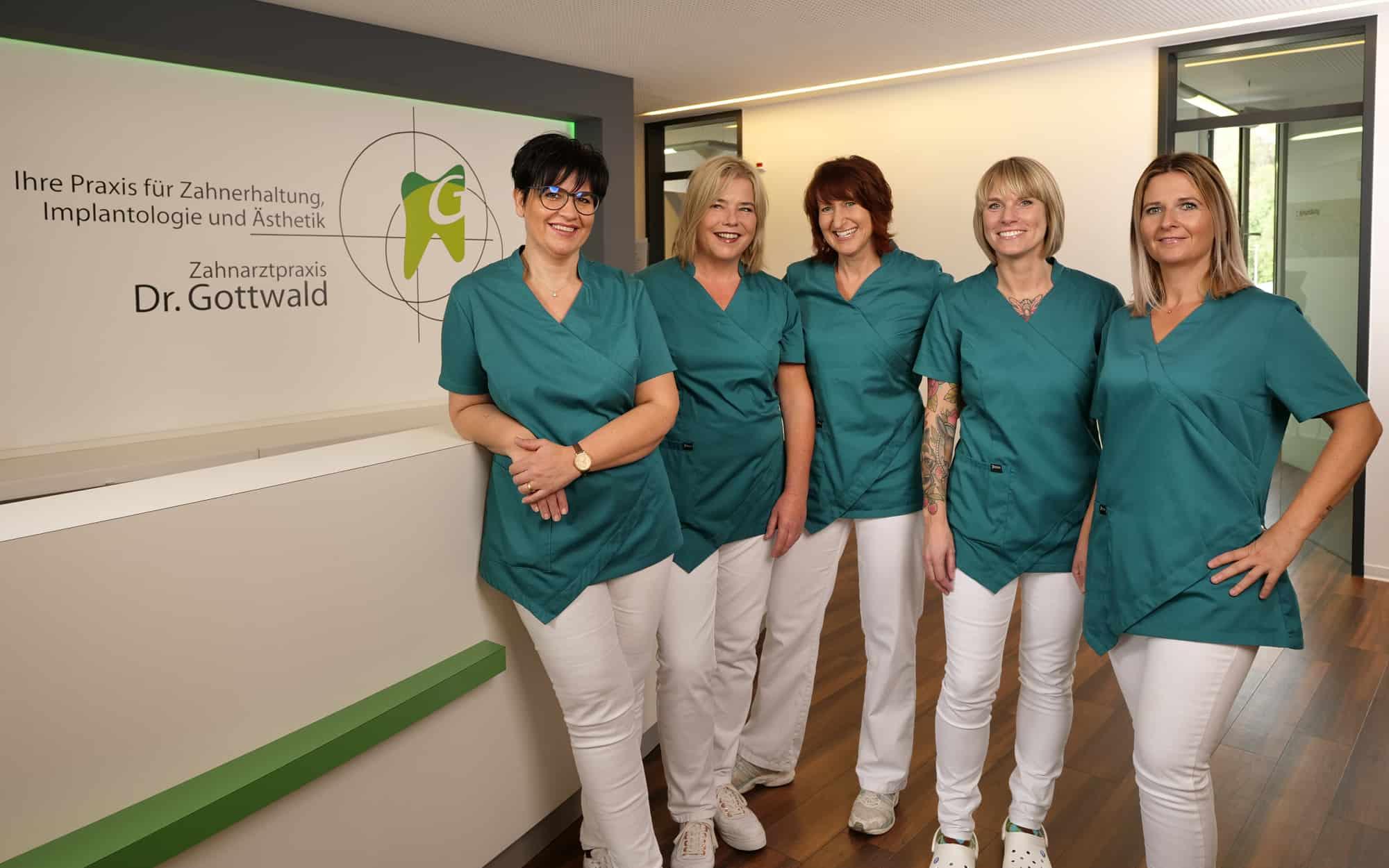 Ihr Prophylaxeteam - Team der Prophylaxe-Assistentinnen in der Zahnarztpraxis Dr. Wolfgang Gottwald in Koblenz am Hauptbahnhof - Ein Team von Expertinnen und Experten erwartet Sie in unserer Zahnarztpraxis in Koblenz